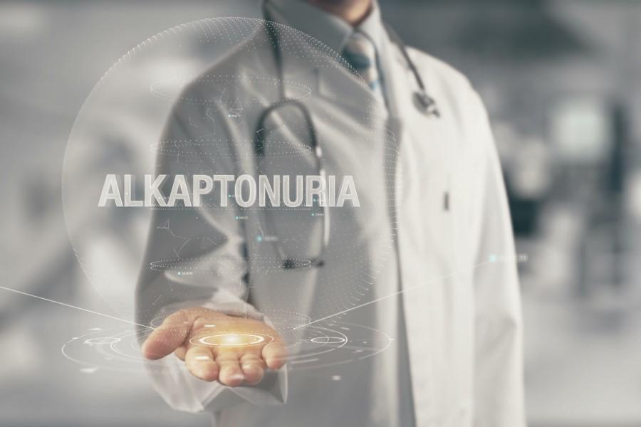 Lekarz w kitlu z przewieszonym przez ramię stetoskopem. Na zdjęcie naniesiony napis