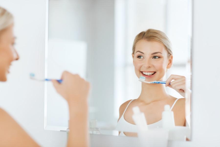 Czy piaskowanie zębów boli? LekarzeBezKolejki.pl