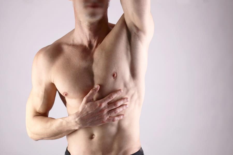 Atletyczny mężczyzna bez owłosienia na skórze.