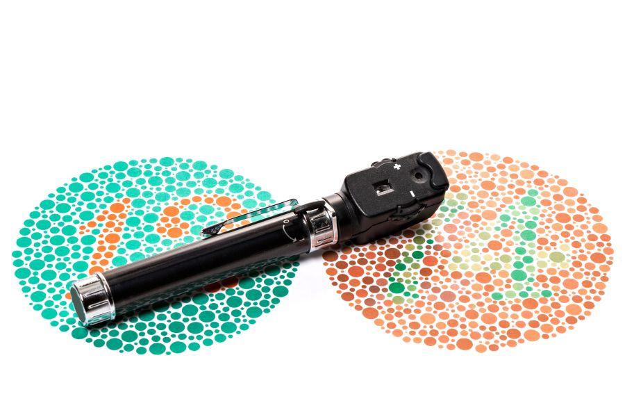 Tablice Ishihary oraz oftalmoskop służące do diagnostyki daltonizmu.