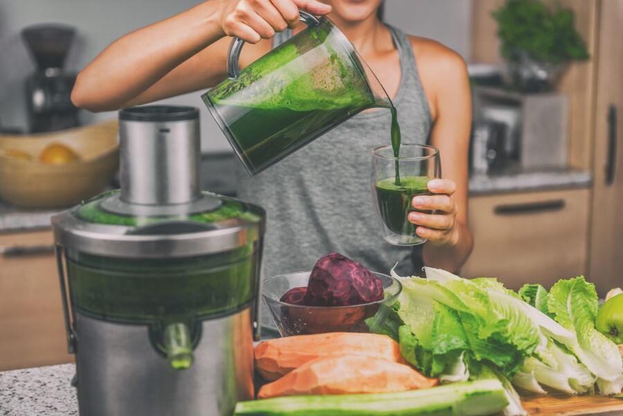 Kobieta przygotowuje napój zgodnie z zasadami diety SIRT.