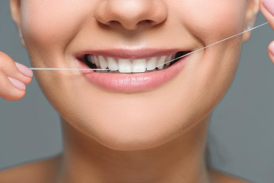Dlaczego warto używać nici dentystycznej?