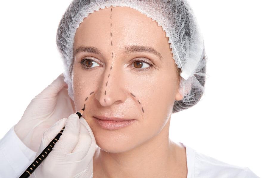 Kobieta w trakcie badań kwalifikujących do operacji nosa.