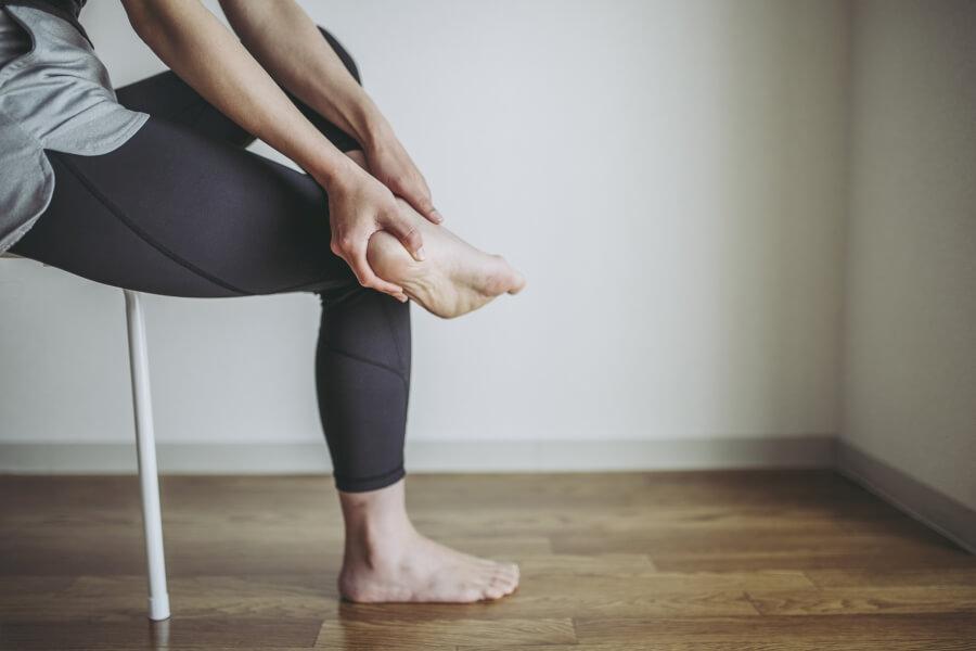 Ostroga piętowa - jak powstaje i jak ją leczyć?