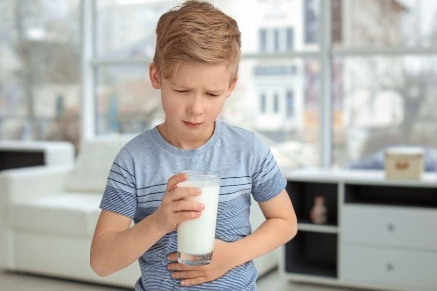Chłopiec ma problemy żołądkowe po wypiciu mleka ponieważ cierpi na skazę białkową.